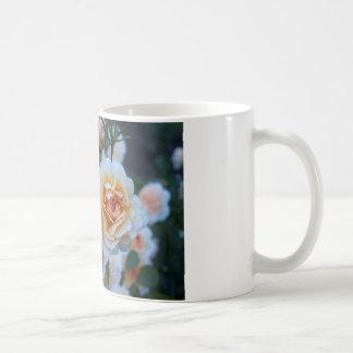 黄色い白いバラ コーヒーマグカップ