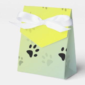黄色い背景との生意気な猫の足跡 フェイバーボックス