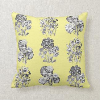 黄色い背景のモノクロ花 クッション
