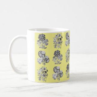 黄色い背景のモノクロ花 コーヒーマグカップ