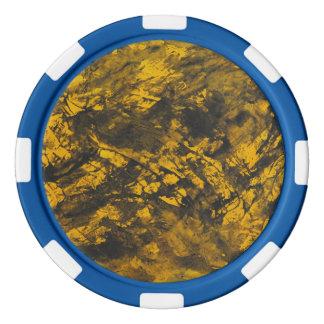 黄色い背景の黒いインク ポーカーチップ