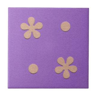 黄色い花および点のデザインの紫色 タイル
