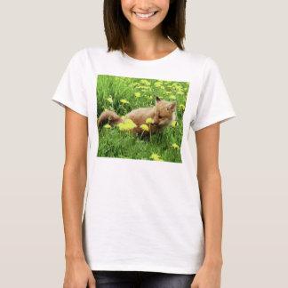 黄色い花が付いている緑分野のベビーのアカギツネ Tシャツ