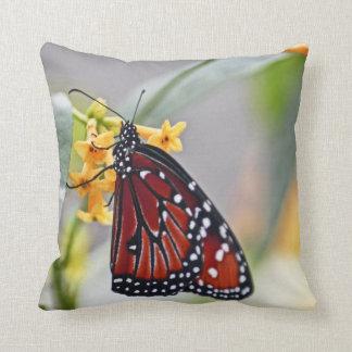 黄色い花の枕の写真のマダラチョウ クッション