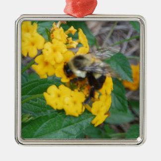 黄色い花の黄色および黒い蜂 メタルオーナメント