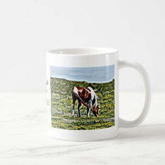 黄色い花を持つペンキの馬を牧草を食べること コーヒーマグカップ