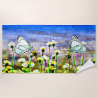 黄色い花草原の2匹の白い蝶 ビーチタオル