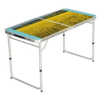 黄色い菜種の分野によってはpongのテーブルが開花します ビアポンテーブル