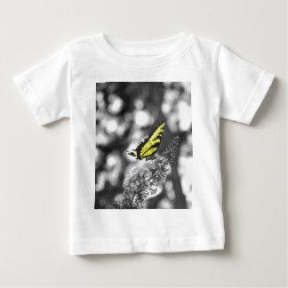 黄色い蝶 ベビーTシャツ