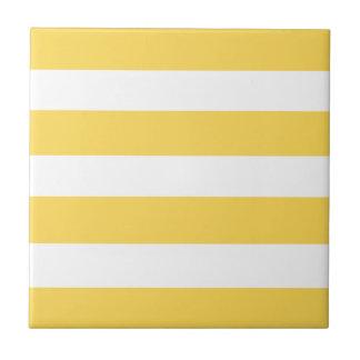 黄色いDeckchairは縞で飾ります タイル