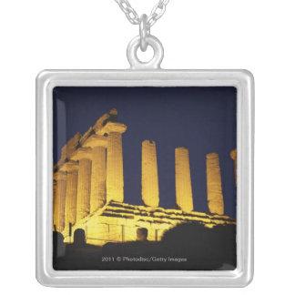黄色およびオレンジとの夜のギリシャの寺院 シルバープレートネックレス