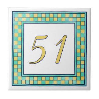 黄色およびティール(緑がかった色)の屋家番号 タイル