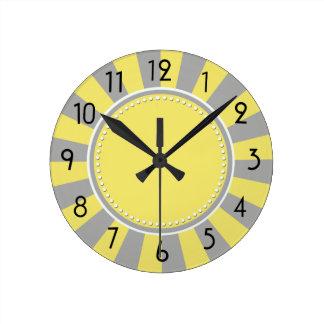 黄色および灰色のスターバストのストライプな時計 ラウンド壁時計
