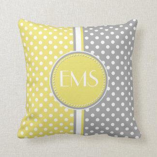 黄色および灰色の水玉模様のモノグラムの枕 クッション