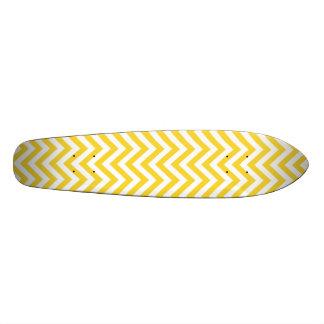 黄色および白いジグザグ形のストライプなシェブロンパターン スケートボード