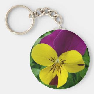 黄色および紫色のビオラ(パンジー)の花 キーホルダー