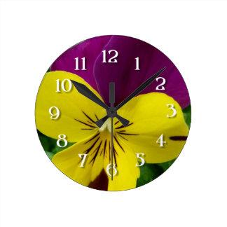 黄色および紫色のビオラ(パンジー)の花 ラウンド壁時計