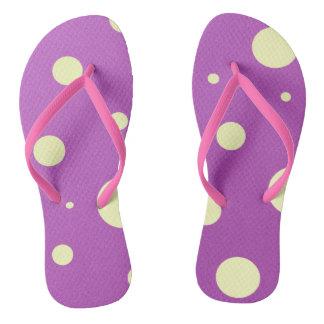 黄色および紫色の水玉模様のビーチサンダル ビーチサンダル