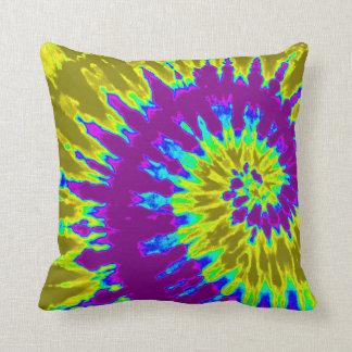 黄色および紫色の螺線形の絞り染めの枕 クッション