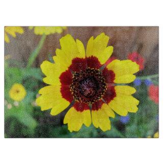 黄色および赤いデイジーの花 カッティングボード