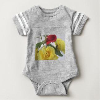 黄色および赤いバラ ベビーボディスーツ