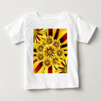 黄色および赤くストライプのなガーベラのデイジーのヒマワリ ベビーTシャツ
