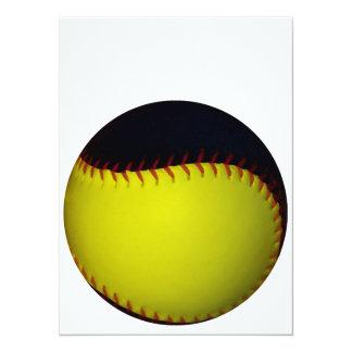黄色および黒い野球/ソフトボール 14 X 19.1 インビテーションカード