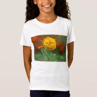 黄色く柔らかいマリーゴールドの花 Tシャツ