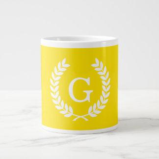黄色く白いムギの月桂樹のリースのイニシャルのモノグラム ジャンボコーヒーマグカップ