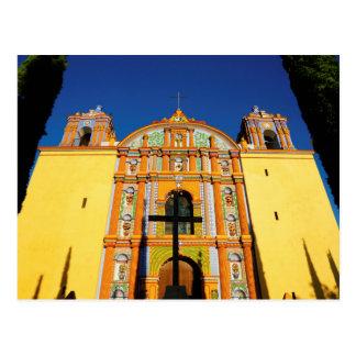 黄色く華美な教会の低い角度眺め ポストカード