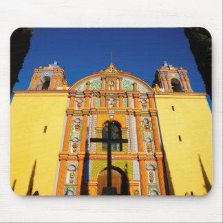 黄色く華美な教会の低い角度眺め マウスパッド