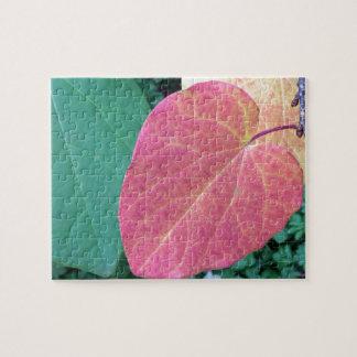 黄色く赤い緑のハートの葉- ジグソーパズル