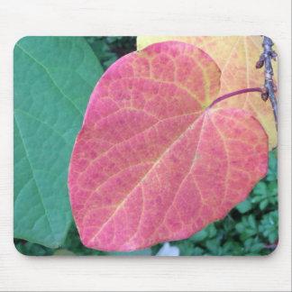 黄色く赤い緑のハートの葉- マウスパッド