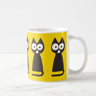 黄色く黒い三角形の記号による猫 コーヒーマグカップ