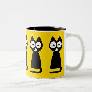 黄色く黒い三角形の記号による猫 ツートーンマグカップ