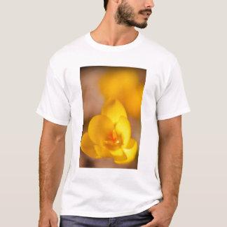 黄色のクロッカスは新しいポーツマスで咲きます Tシャツ