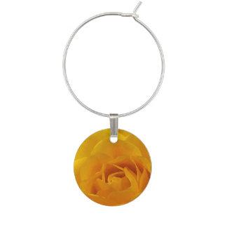 黄色のバラの花びらの花の庭の花のワインチャーム ワインチャーム