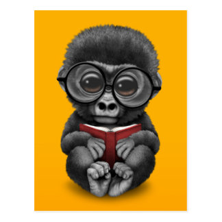 黄色の本を読んでいるかわいいベビーのゴリラ はがき