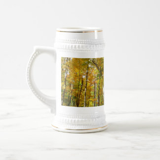 黄色の森林は秋の自然の写真撮影を去ります ビールジョッキ