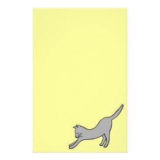 黄色の灰色の伸張猫 便箋