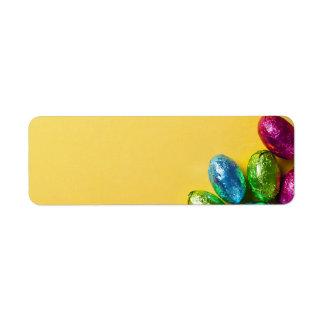 黄色の紙の背景のチョコレートイースターエッグ ラベル