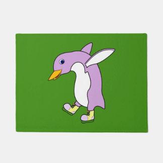 黄色の薄紫のペンギンはアイススケートします ドアマット