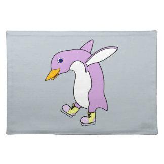 黄色の薄紫のペンギンはアイススケートします ランチョンマット
