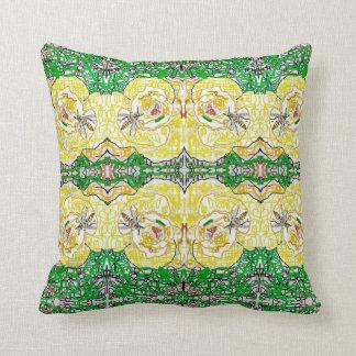 黄色バラおよびスズメバチ クッション