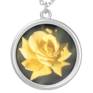 黄色バラのデザインの円形の銀製のネックレス シルバープレートネックレス