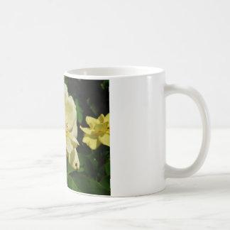 黄色バラの花柄の緑のマメコガネ コーヒーマグカップ