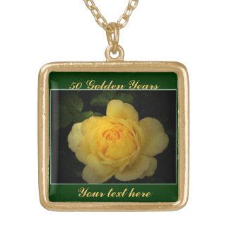 黄色バラ、金記念日 ゴールドプレートネックレス