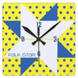 黄色及び青の淡い色のな星のキルトのブロック スクエア壁時計