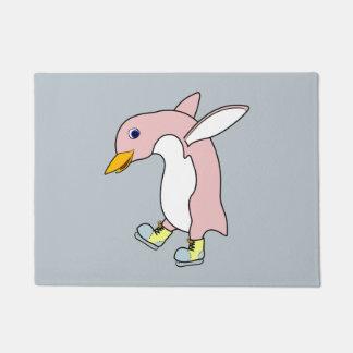 黄色及び青を持つ淡いピンクのペンギンはアイススケートします ドアマット