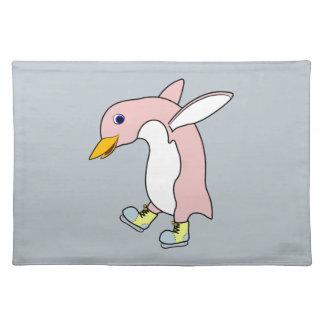 黄色及び青を持つ淡いピンクのペンギンはアイススケートします ランチョンマット